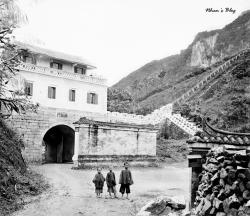 La Porte de Chine. Marquant la frontière sino-annamite, cet édifice fortifié est complété à droite et à gauche par une muraille qui barre le passage de la vallée.